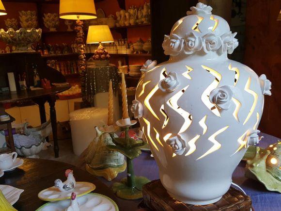 Ceramiche Barettoni Nove - LAMPADA DA TAVOLO IN CERAMICA BIANCA TRAFORATA A MANO CON ROSE