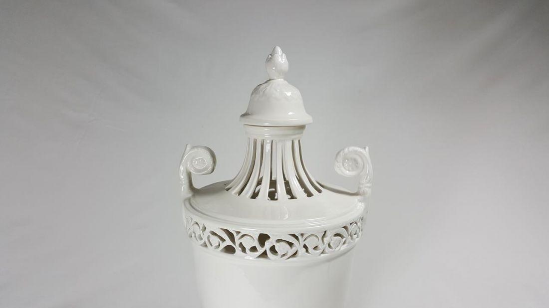 Vaso In Ceramica Bianco Fatto A Mano Con Traforo Stile Impero Bianco Ceramiche Barettoni Nove